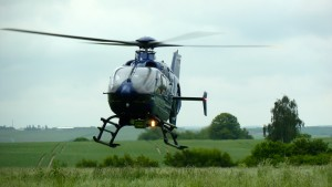 Hubschrauber auf Hochwasser-Erkundungsflug