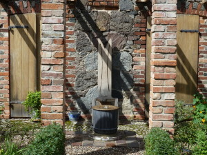 Der Schattenwurf gibt dem Brunnenensemble eine weitere Struktur.